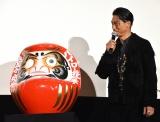 """ヒット祈願でだるまに目を入れたAKIRA=映画『HiGH&LOW THE MOVIE 3/FINAL MISSION』""""超""""完成披露試写会 (C)ORICON NewS inc."""