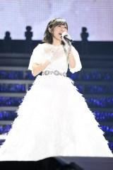 純白の卒業ドレスで熱唱