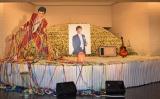 2003年に受賞した紫綬褒章や愛用のギターが飾られた平尾昌晃さんの祭壇 (C)ORICON NewS inc.