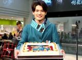 自身の写真がプリントされた特製バースデーケーキに笑顔を見せる崎山つばさ(C)Deview