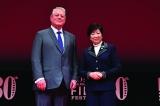 『不都合な真実2:放置された地球』の舞台あいさつに登壇したアル・ゴア元米副大統領(左)と小池百合子東京都知事(C)2017 TIFF