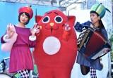 『朝食りんごヨーグルト 11/5いいリンゴの日PRイベント』に出席したチャラン・ポ・ランタンのもも(左)、小春(右)とにゃんごすたー (C)ORICON NewS inc.