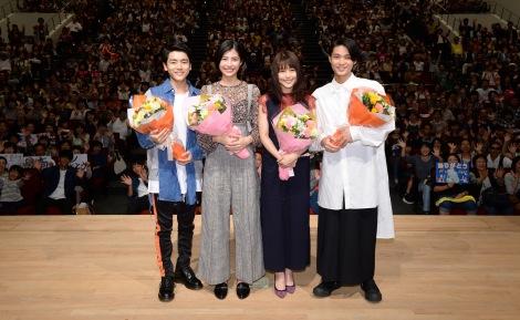 ファンとともに『ひよっこ』最終回を鑑賞した(左から)泉澤祐希、佐久間由衣、有村架純、磯村勇人