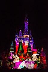 クリスマスの贈り物をテーマとした心温まるストーリーが展開する(C)Disney