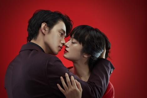 日本テレビ系連続ドラマ『トドメの接吻』(毎週日曜 後10:30)に主演する山崎賢人と謎めいたヒロインを演じる門脇麦(右) (C)日本テレビ