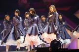 初の東京ドーム公演を開催した乃木坂46(前列左から堀未央奈、西野七瀬、白石麻衣)