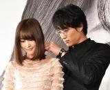 劇中に登場するネックレスを鈴木伸之(右)につけてもらう桐谷美玲(左)=映画『リベンジgirl』クランクアップ会見 (C)ORICON NewS inc.