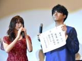 映画『一礼して、キス』初日舞台あいさつで弓道初段の免状を披露した中尾暢樹。左は池田エライザ (C)ORICON NewS inc.