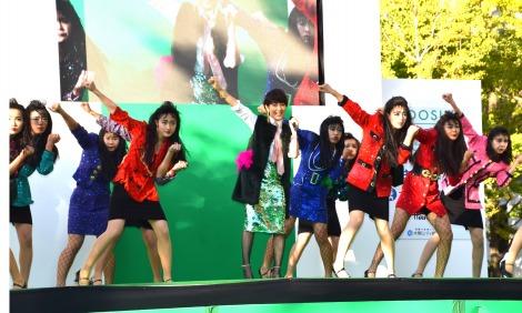 『御堂筋オータムパーティー2017 御堂筋ランウェイ』で、登美丘高校(堺市)のダンス部とパフォーマンスを披露した荻野目洋子 (C)ORICON NewS inc.