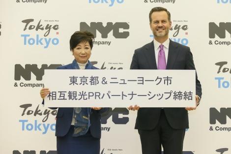 (写真左より)記者会見に登壇した小池百合子東京都知事とニューヨーク市観光局 プレジデント兼CEO フレッド・ディクソン氏