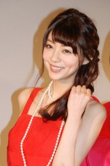 映画『赤×ピンク』初日舞台あいさつに赤のドレスで登場した主演の芳賀優里亜 (C)ORICON NewS inc.