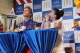 マクドナルドのアメリカンバーガー新シリーズ『アメリカンデラックス第2弾』の発表会に出席した(写真左より)厚切りジェイソンと、河北麻友子 (C)oricon ME inc.