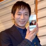 恋人・飯村貴子の写真を手に笑顔のいしだ壱成 (C)ORICON NewS inc.