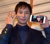 恋人・飯村貴子の写真と揃いのリングを手に笑顔のいしだ壱成 (C)ORICON NewS inc.