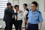 釜本と敵対する東中野署署長・吉沢を演じる吹越満(C)テレビ朝日