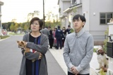 テレビ朝日系『重要参考人探偵』第5話より。高級住宅街の住人を演じる(左から)青木さやか、六角慎司(C)テレビ朝日
