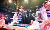 色っぽい金魚ダンサーに囲まれた(中央左から)鹿賀丈史、市村正親 (C)ORICON NewS inc.