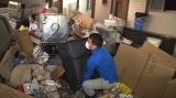 11月19日放送、テレビ東京系日曜ビッグバラエティ『あなたのゴミがお宝に!平成のリサイクル密着24時』ロールスロイスが埋まっていたゴミの山(C)テレビ東京