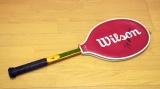 11月19日放送、テレビ東京系日曜ビッグバラエティ『あなたのゴミがお宝に!平成のリサイクル密着24時』ジョン・マッケンローのサイン(?)亡き父が残したテニスラケットはお金になるのか(C)テレビ東京