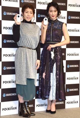 『ソースネクスト』の新商品発表会に出席した(左から)吉田沙保里、剛力彩芽 (C)ORICON NewS inc.