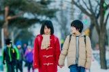 Netflixオリジナルドラマ『僕だけがいない街』より。小学5年生の悟と加代が手をつないで学校に向かうシーン