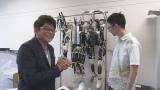ロボコンOBを訪ねたロボコン応援団の哀川翔(C)NHK