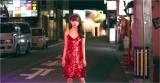 真っ赤なスパンコールのドレスで夜の桜木町に降り立つ中井りか