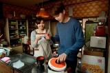故郷の料理を振舞うため、料理をするジウォン(カイ)と手伝う直子(倉科カナ)(C)WOWOW