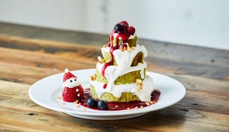 サムネイル  苺のサンタがかわいい!抹茶のパンケーキをツリーに見立てた『クリスマスツリーパンケーキ』(税込1000円)