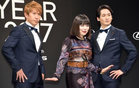 『VOGUE JAPAN Women of the Year 2017』の授賞式に出席した(左から)コージ、ブルゾンちえみ、ダイキ (C)ORICON NewS inc.