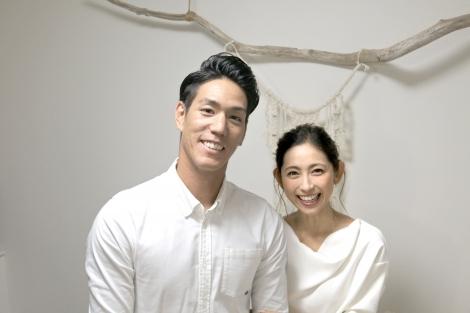 サムネイル 結婚を発表した荒波翔選手(左)と宮崎瑠依