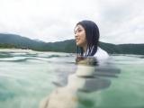 制服姿で故郷・五島列島の海を泳いだ長濱ねる=1st写真集『ここから』(撮影/細居幸次郎)