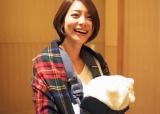 第1子を抱き笑顔の相武紗季(写真は舞川あいくのオフィシャルブログより)