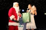 中山競馬場で行われたクリスマスイルミネーション点灯式に登壇した加藤一二三(写真左)と岡田結実 (C)ORICON NewS inc.