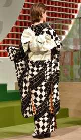 茶葉をイメージした帯を着用したダレノガレ明美=『ネスレ 癒しの宇治抹茶カフェ』オープニングイベント (C)ORICON NewS inc.
