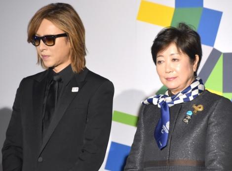 2020パラリンピックカウントダウンイベント『みんなのTokyo 2020 1000 Days to Go!』に登場した(左から)YOSHIKI、小池百合子東京都知事(C)ORICON NewS inc.