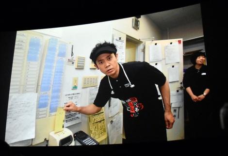 映画館でアルバイトする大泉洋※タイムカードを押すところ=『探偵はBARにいる3』初日舞台あいさつ (C)ORICON NewS inc.