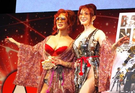 『東京コミコン2017』の『ニンジャバットマン』制作発表ステージに登壇した叶姉妹(左から)恭子、美香 (C)ORICON NewS inc.