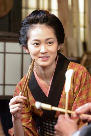 ロボコン応援リーダー・吉本実憂もドラマ『大江戸ロボコン』ひさの衣装で応援に駆けつける(C)NHK