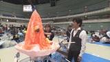 小山高専のメンダコロボットを間近で見る、小山高専出身の村上新悟(高専ロボコン関東甲信越地区大会での取材)(C)NHK