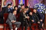 しゃべくりメンバーとセルフィーを楽しむYOSHIKI(C)日本テレビ