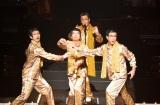 """(前列左から)三浦春馬、寺脇康文、岸谷五朗とピコ太郎の""""ピコ4兄弟""""による「PPAP」が実現"""