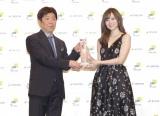 オリコンの小池恒代表取締役社長からトロフィーを授与された白石麻衣 Photo by 草刈雅之