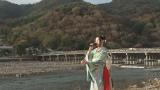 最新ヒット曲「渡月橋〜君想ふ〜」を京都・嵐山の渡月橋をバックに歌う(C)NHK