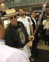 『コミコン2017』に登場したハリウッド俳優のマイケル・ルーカー氏。「刀剣」「甲冑」を展示した美術品流通革命『禅』ブースを訪れた。 写真提供:美術品流通革命『禅』