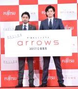 『arrows新商品・新CM発表会』に出席した(左から)山田孝之、小栗旬 (C)ORICON NewS inc.