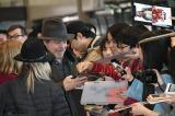 映画『スター・ウォーズ/最後のジェダイ』(12月15日公開)のプロモーションでマーク・ハミルが来日。成田空港で出迎えたファンと(C)2017 Lucasfilm Ltd. All Rights Reserved.