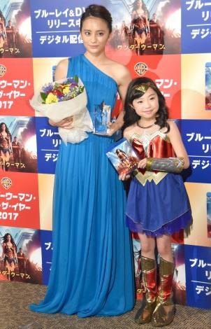 『ワンダーウーマン・オブ・ザ・イヤー2017』授与式に出席した(左から)岡田結実、新井美羽 (C)ORICON NewS inc.