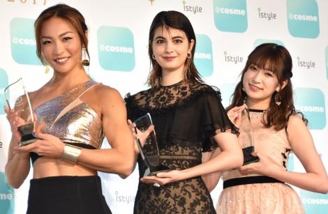 サムネイル 『ベストビューティストアワード』の授賞式に出席した(左から)AYA、マギー、吉田朱里 (C)ORICON NewS inc.