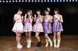 グループ総監督の横山由依(中央)と、各チームのキャプテンに就任した(左から)岡部麟、込山榛香、(左3番目から)高橋朱里、村山彩希 (C)AKS